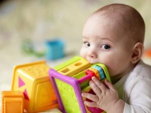 bebe-colocando-o-brinquedo-na-boca-chubykin-arkady-shutterstock-0000000000003C31