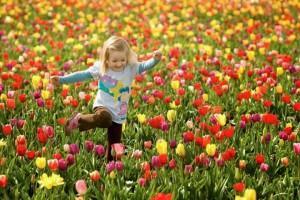 crianca-nas-flores