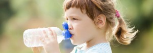 crianca-bebendo-agua-id1