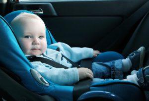 bebe-sentado-dentro-do-automovel-sentado-em-sua-cadeirinha-bebe-conforto-foto-greenland-shutterstock-0000000000007bfc